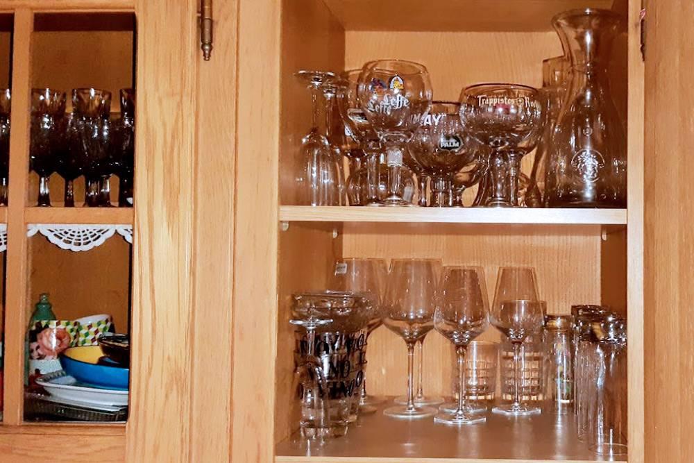 Типичный шкаф с посудой в бельгийском доме: дляразличных пивных стаканов отведена целая полка