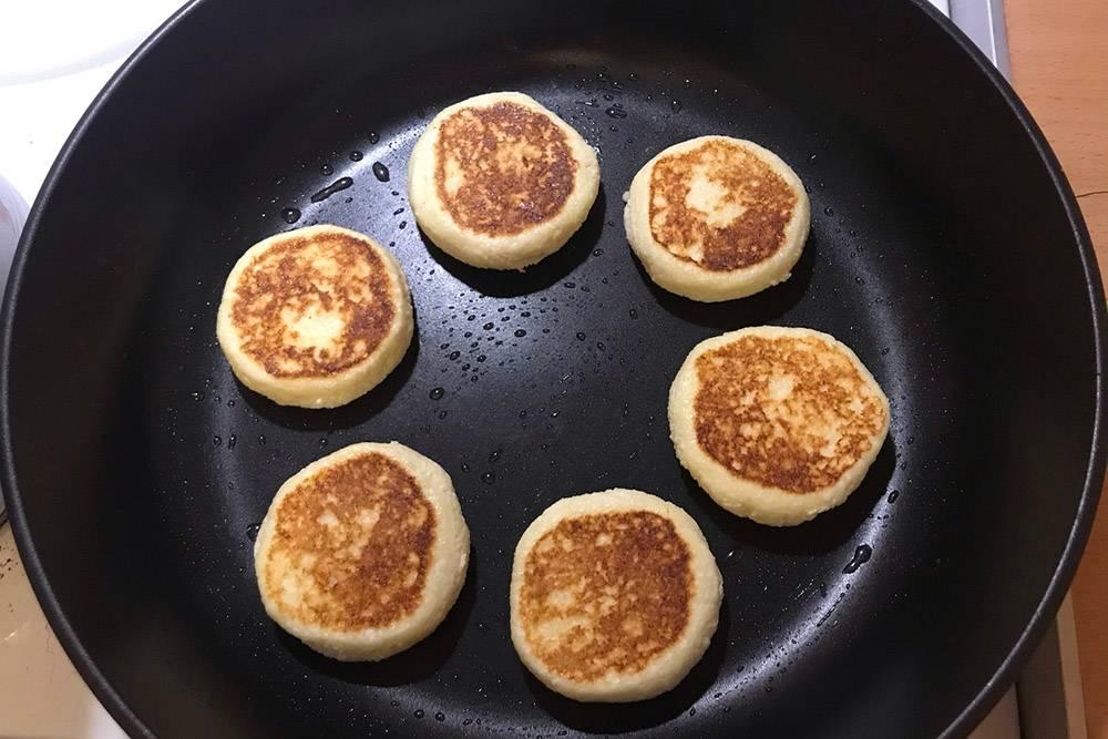 На завтрак приготовила сырники