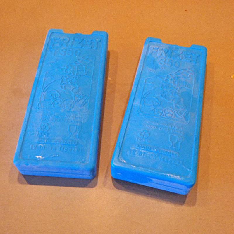 Синие пластины и есть аккумуляторы холода. Храню их в морозилке — они занимают мало места