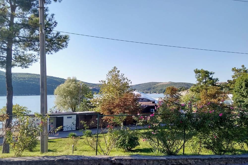 Озеро Абрау, на берегу которого расположен комплекс «Абрау-Дюрсо»