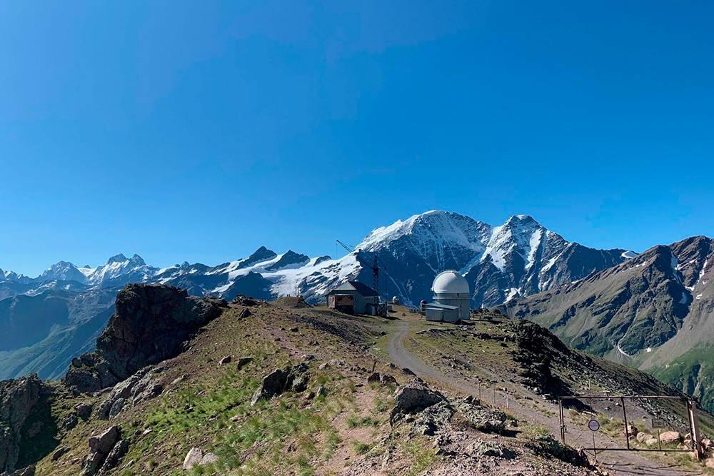 Обсерватория находится на высоте 3150 м, оттуда видны горы Грузии. Гора с двумя вершинами слева вдалеке — Ушба