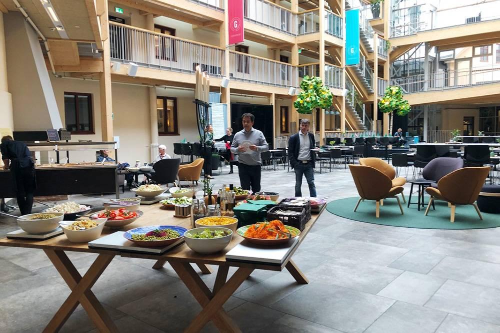 Студенческая столовая — на время обеда ее организовывали прямо в холле здания университета