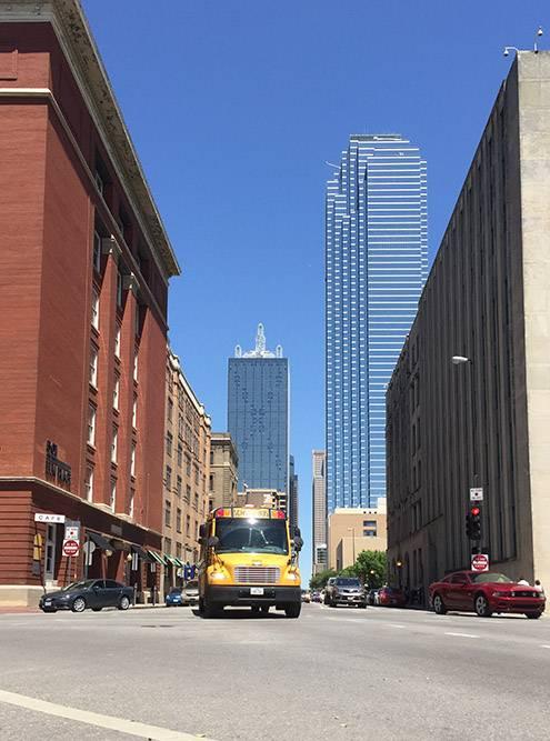 Школьный автобус и небоскребы в Далласе