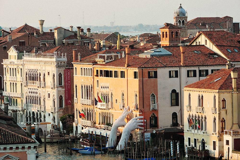 С террасы Фондако-деи-Тедески можно увидеть необычную скульптуру. Она символизирует Венецию, которая постепенно уходит под воду из-за изменения климата. Фото: Dimitris Kamaras/Flickr