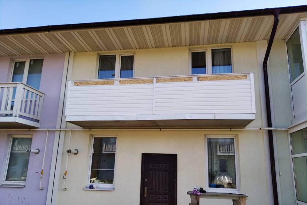 В центре — мой балкон, обшитый сайдингом. Слева — вариант от застройщика, справа — застекленный