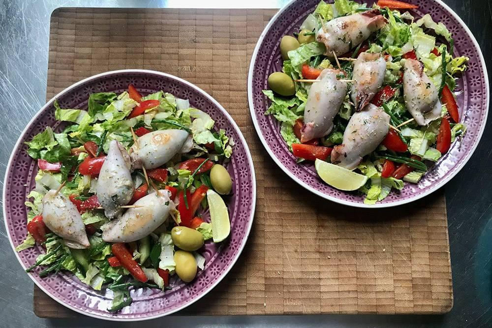 Готовлю на обед calamaretti ripieni — бэби-кальмары, фаршированные булгуром, вялеными томатами и зеленью