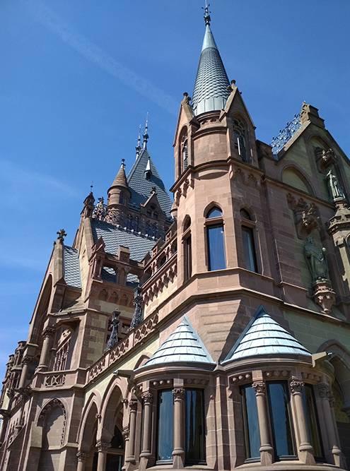 На этом фото плохо видно, но замок Драхенбург действительно розовый