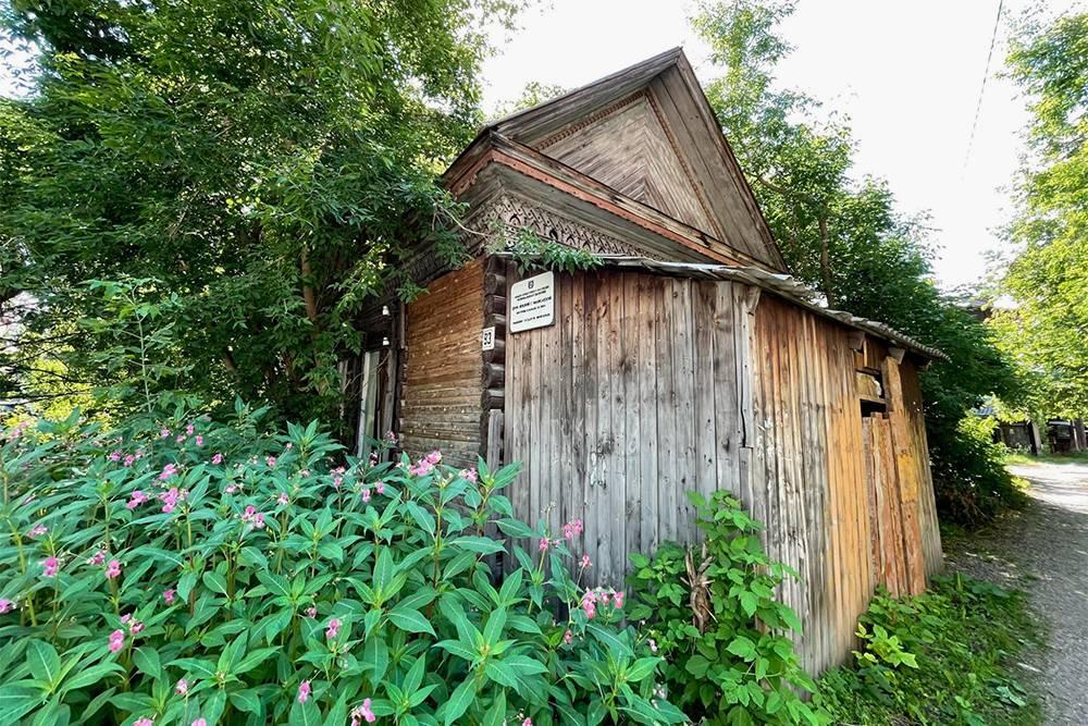 Этот дом на Советской, 93 признан памятником архитектуры. Но он весь зарос травой