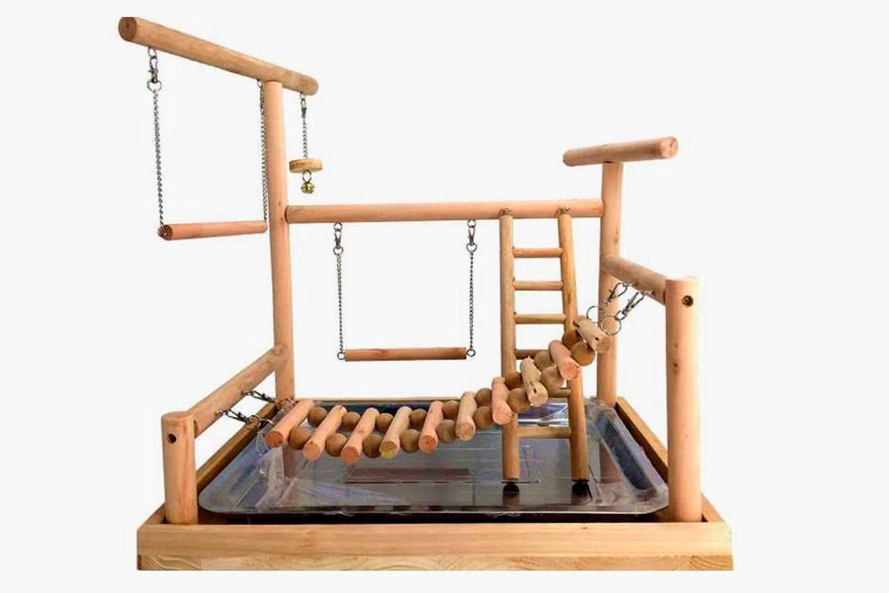 Иногда для&nbsp;попугаев сооружают игровые площадки вне клетки. Такой уголок можно сделать своими руками или купить. Стоимость варьируется от 700&nbsp;до 4000<span class=ruble>Р</span>. Мы не стали организовывать игровой уголок: у нас есть кот, поэтому большую часть времени попугай проводит в клетке. Источник: chirik.info