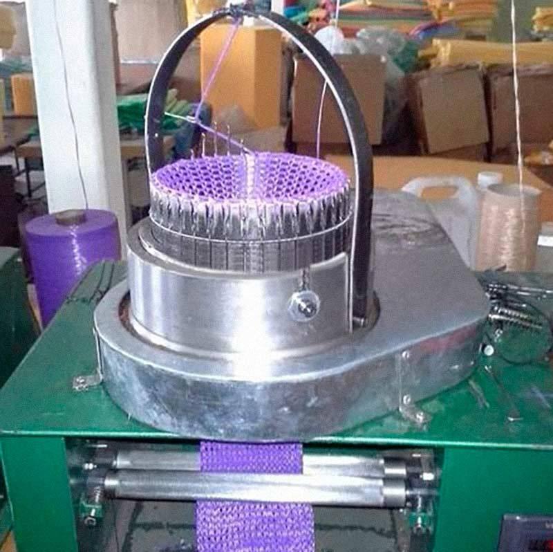 Бывают ипромышленные машины скруглыми игольницами, ноони громоздкие, ихиспользуют только накрупных фабриках. Источник: «Азбука вязания»