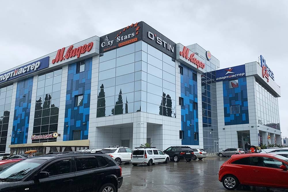 «Плаза» — единственный крупный торговый центр в Адлере. Тут есть кино, «Шоколадница», большой магазин электроники и большой «Рив-гош»