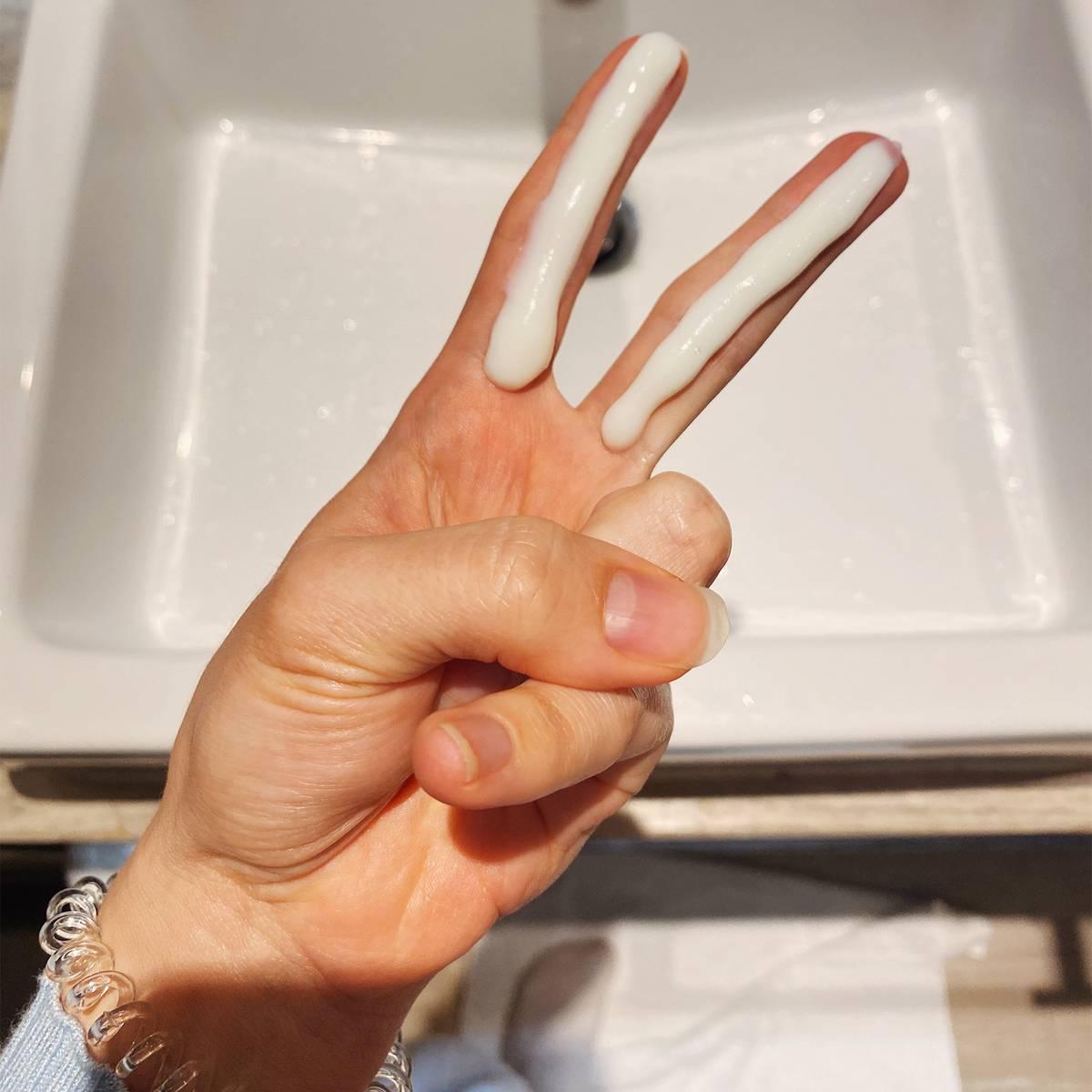 Отмерять количество солнцезащитного крема безмерных ложек удобно пальцами