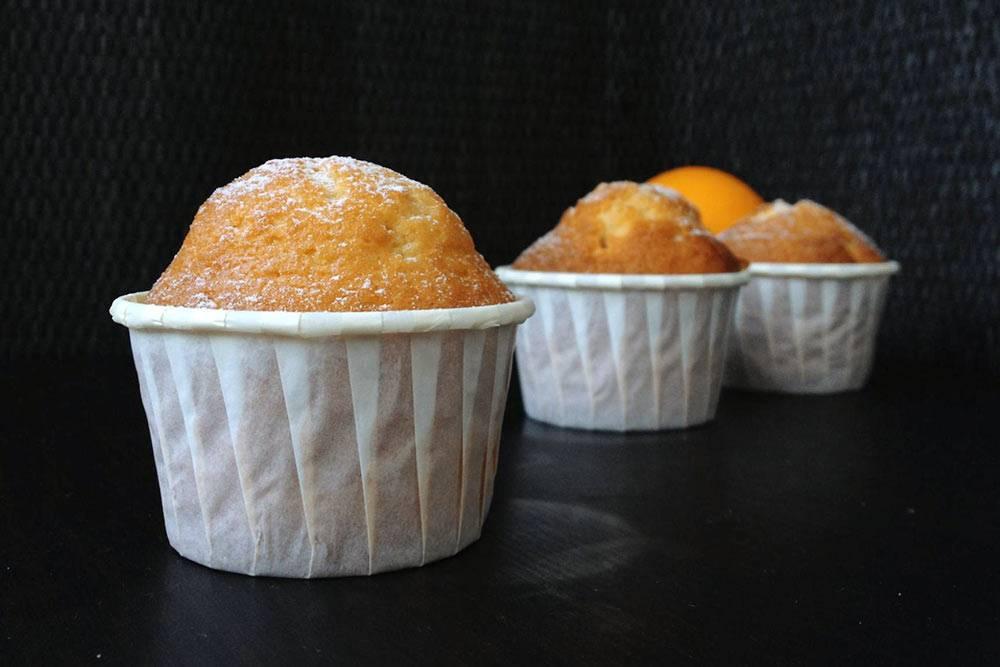 Магдалены — традиционные испанские порционные кексы. Втесто добавляют смесь оливкового иподсолнечного масла иапельсиновые цукаты, вэтом случае — собственного приготовления. Такие кексы удобно выпекать вусиленных бумажных капсулах