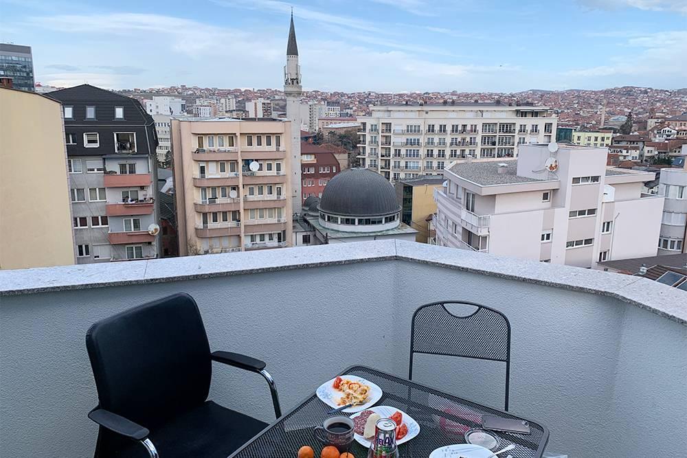 Квартира в Приштине. На террасе был гриль, а утром можно было услышать молитвы из мечети. Спать это не мешало, поскольку окна комнаты выходили на другую сторону