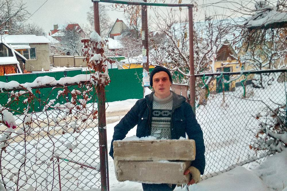 Заказчику посреди зимы срочно понадобилось перетаскать бетонные блоки с улицы во двор