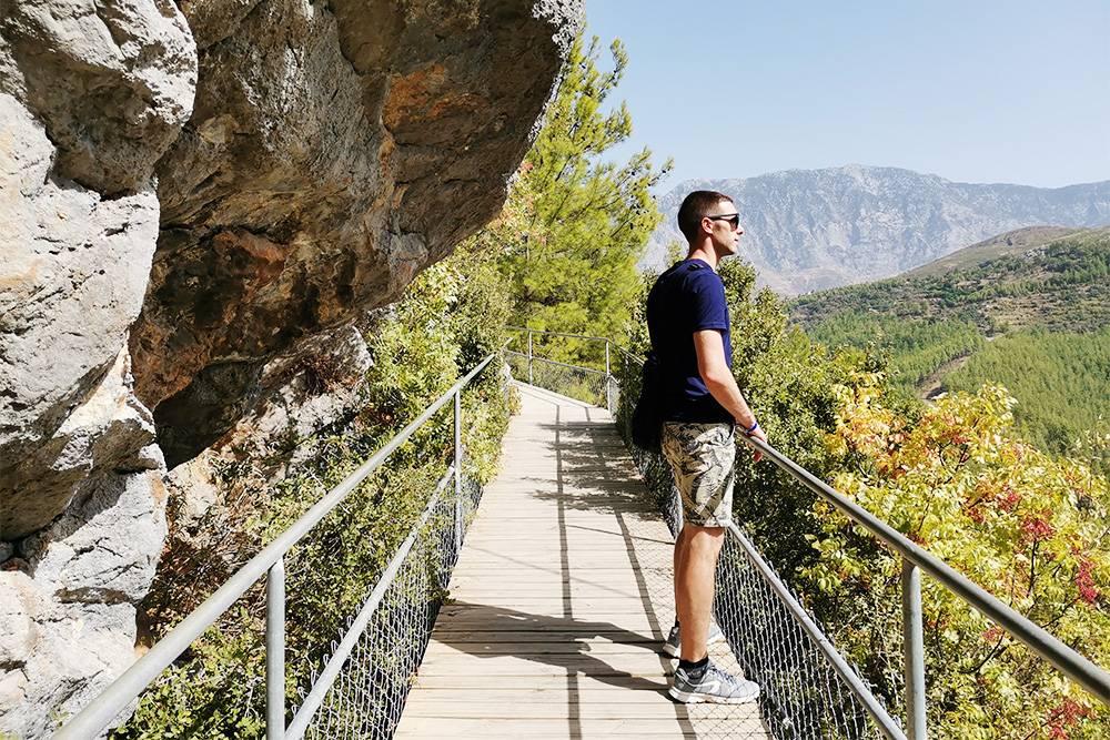 Добираются до пещеры по подвесной дорожке вдоль скал и леса. Не заблудишься: свернуть некуда