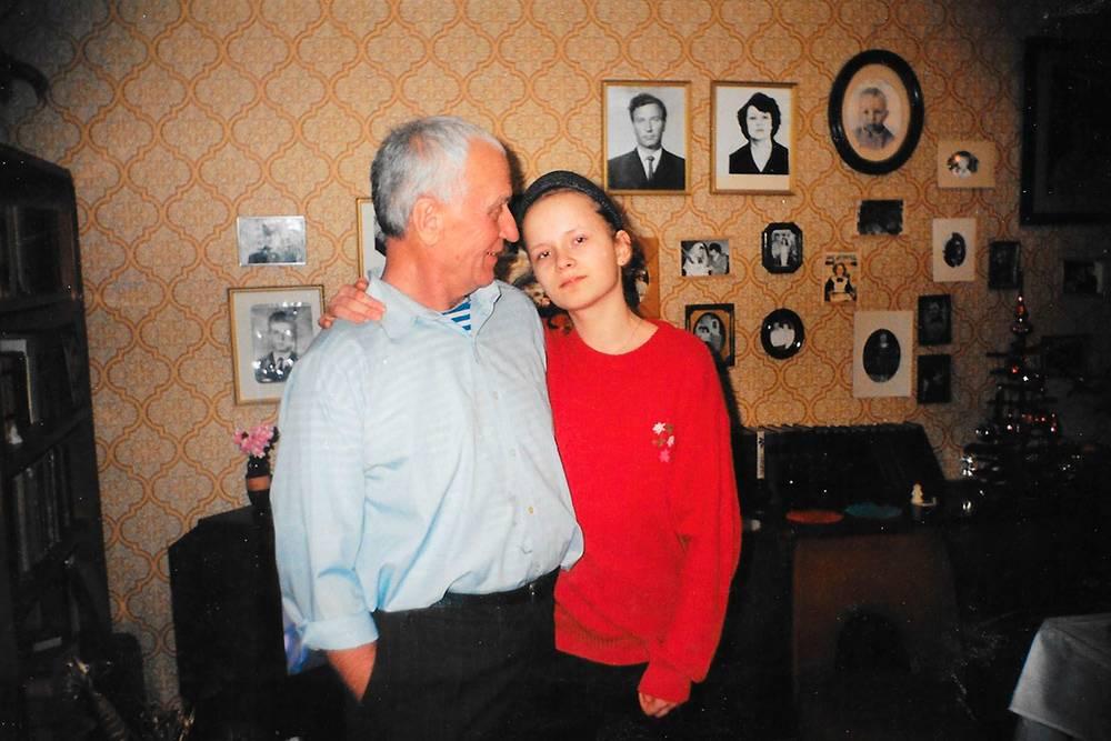 На этом фото с дедом мне 13 лет, привычная «фига» из левой руки