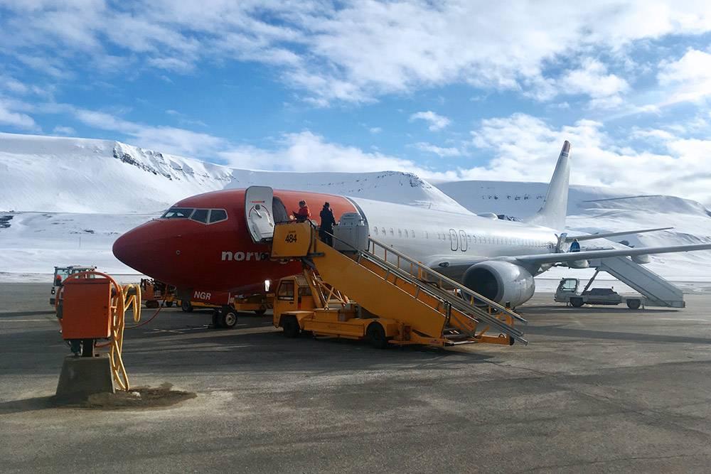 Наш самолет, только что приземлившийся в маленьком аэропорту Лонгйира