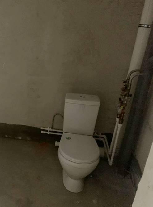 Так выглядела моя ванная, когда я получил ключи. Ее длина — 2,25м, ширина — 1,72м, высота — 2,56м, а площадь — 3,87м²