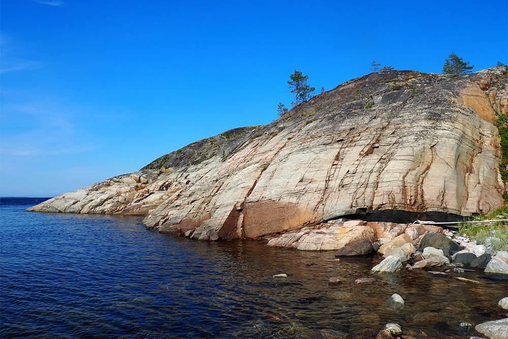 Скалистый берег острова Сидоров. Мы не решились прыгнуть со скалы в воду: очень холодно и много камней у берега