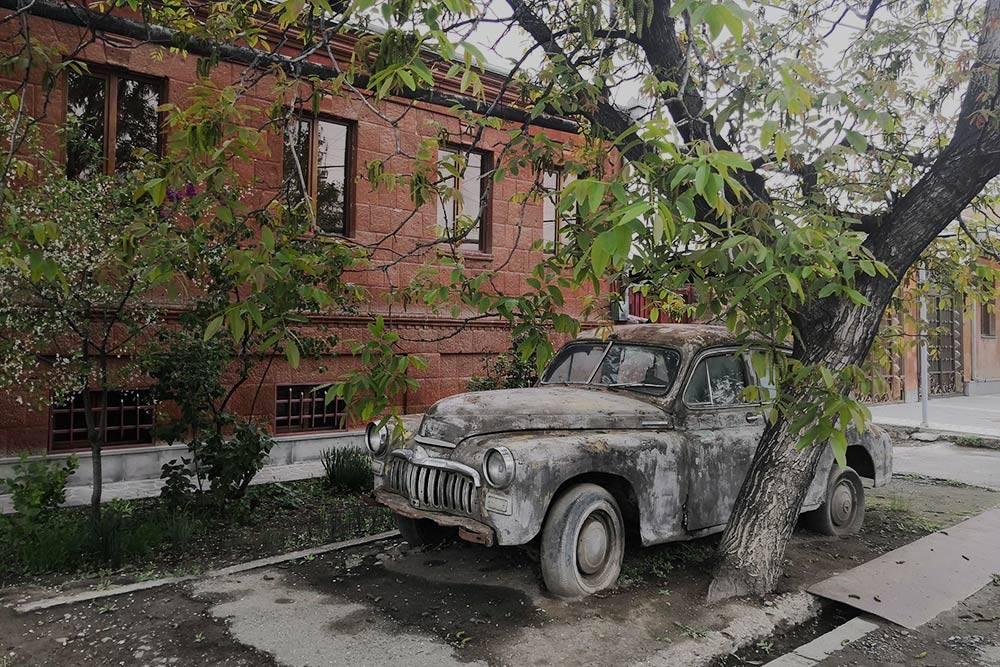 Местные жители использовали старую машину дляукрашения территории перед домом