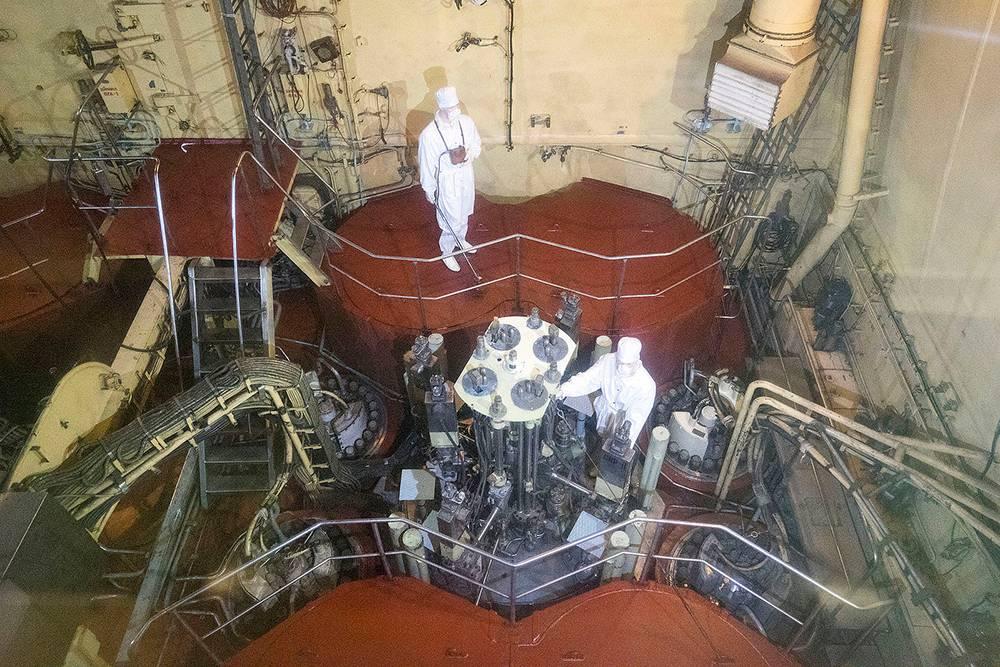 Через иллюминатор с освинцованным стеклом посетители разглядывают макеты крышек ядерных установок. Еще здесь есть манекены дозиметристов в защитных костюмах. Источник: wikimedia.org