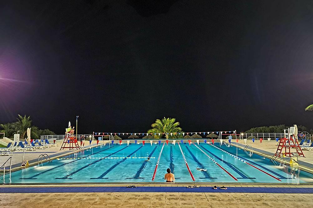 Один из бассейнов в кампусе, сразу за бассейном начинается пляж. Интересный факт: в бассейне и на пляже есть дни, в которые их могут посещать только женщины. А еще есть отдельные тренажерные залы и занятия по йоге только дляженщин