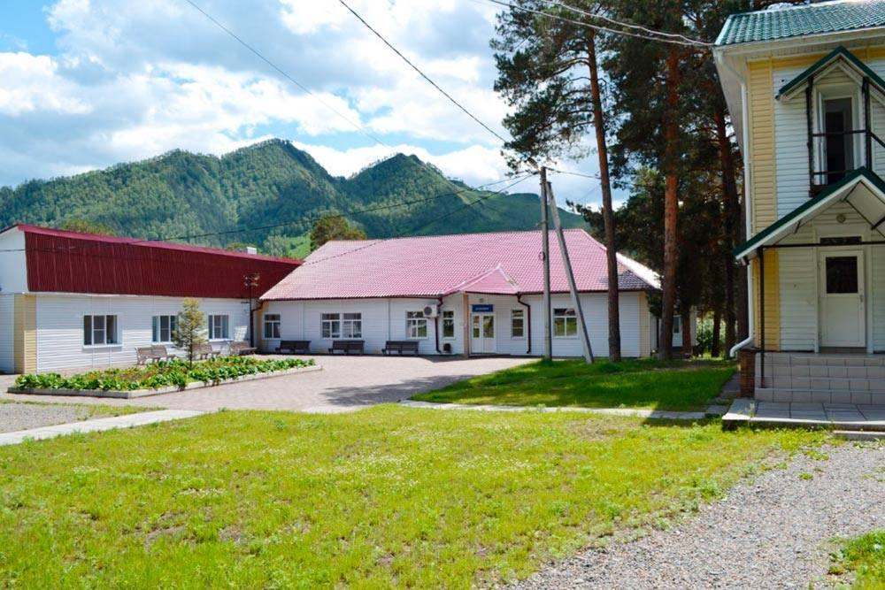 Одноэтажное здание на фото — столовая. В двухэтажном здании справа расположена библиотека. Аеще есть спортивная площадка, библиотека, кинозал. Источник: kurort.rosminzdrav.ru