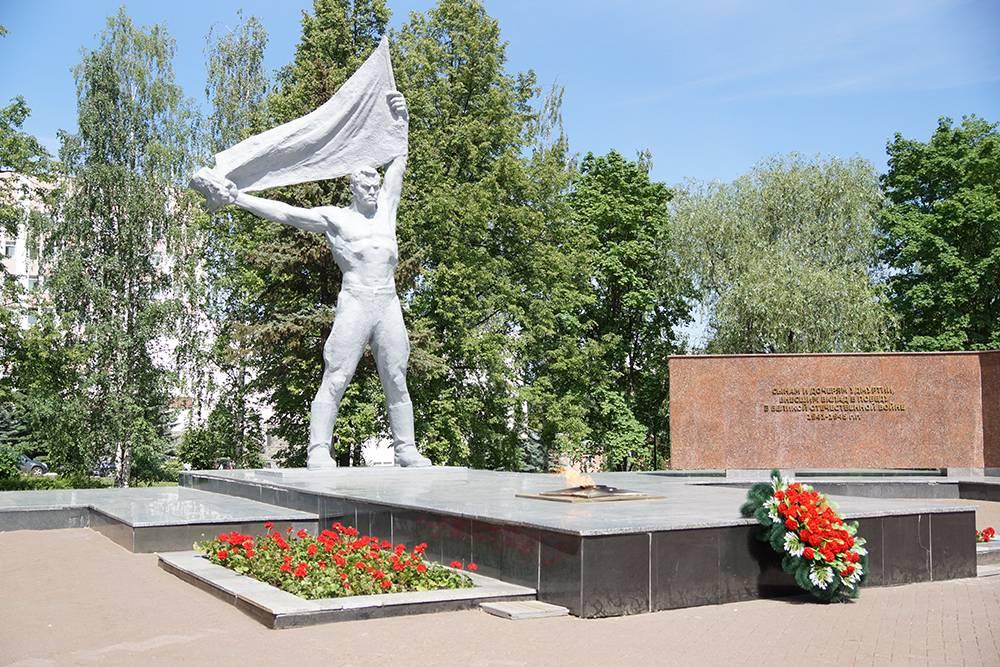Монумент Победы и Вечный огонь. Интересно, что в июле 2014года пламя потушил ливень — огонь погас впервые с открытия монумента