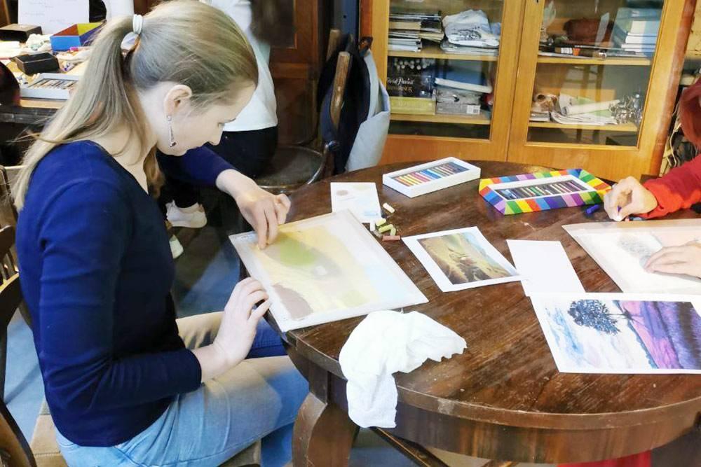 Мастер-класс в процессе. Большинство участников рисовали пастелью впервые