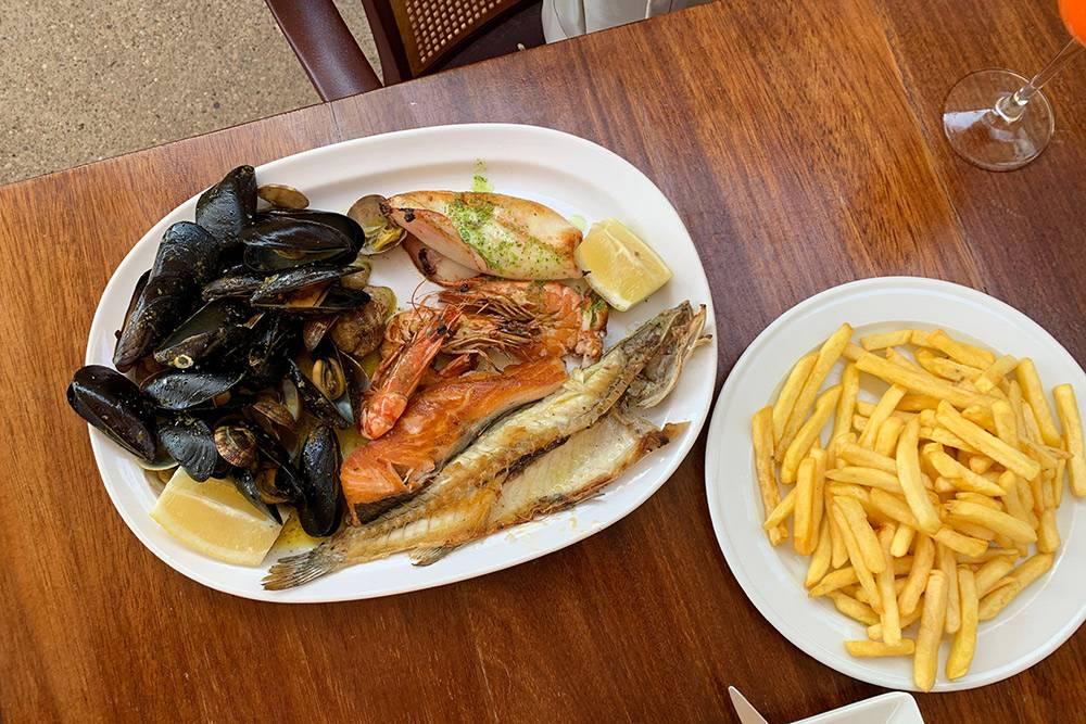Тарелка морепродуктов на двоих и картошка с соусами стоили 35€ (2485 рублей)