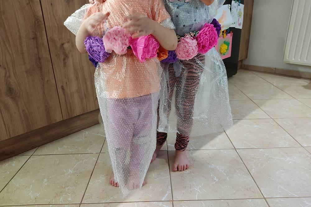 Девочки примеряют платья из пупырчатого полиэтилена, я в восхищении