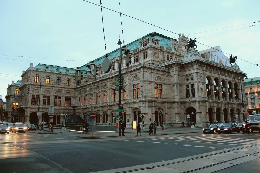 Побывать в знаменитой Венской опере можно по цене чашки кофе