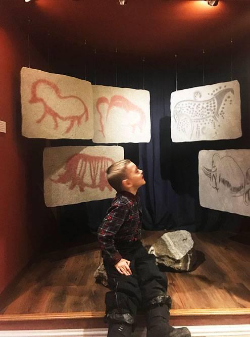 Импровизированная пещера с наскальными рисунками в краеведческом музее Екатеринбурга