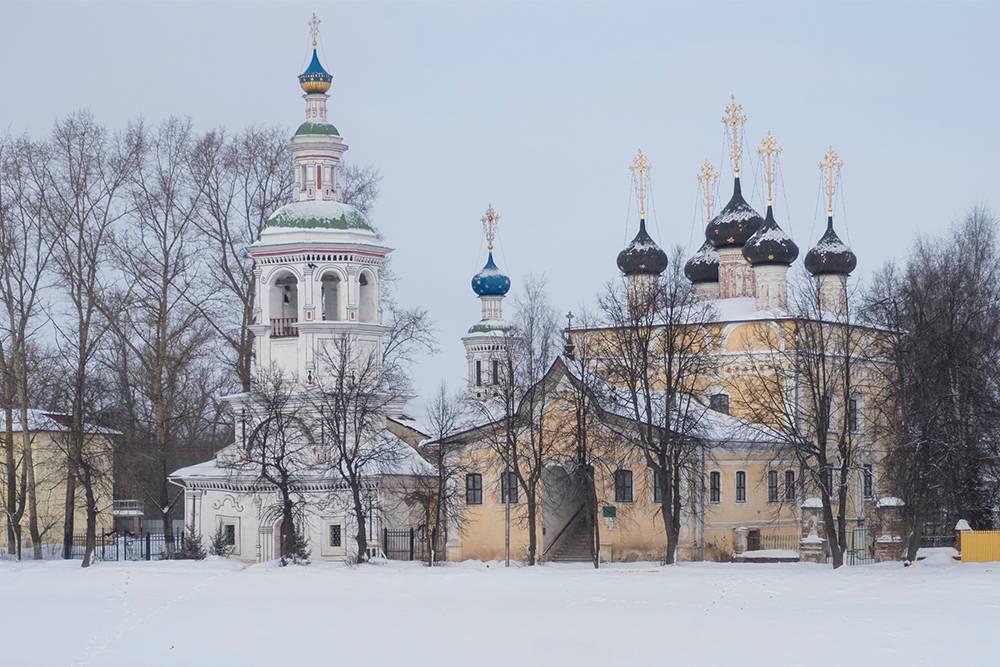 Вид на церковь Димитрия Прилуцкого с Пречистенской набережной. Зимой река Вологда становится пешеходной