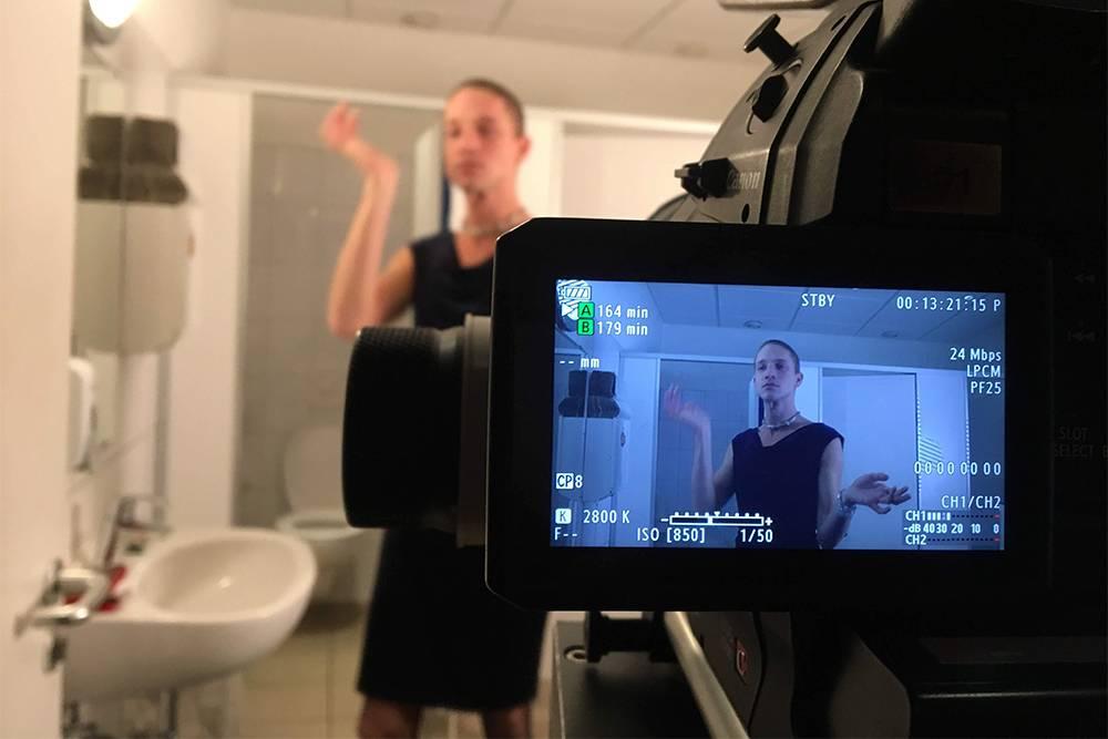 Первый день съемок проходил в мужском туалете, а я работала оператором. В кадре — актер Джиамо Рёвекамп