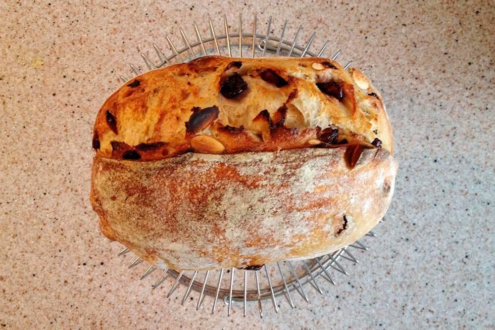 Хлеб обязательно нужно полностью остудить. Несмотря на то что есть теплый хлеб приятно, это не очень хорошо дляпищеварения. Кроме того, хлебному мякишу необходимо стабилизироваться, чтобы он приобрел нужную текстуру и не лип к ножу. На фото хлеб остывает на решетке дляфритюра, но дляэтих целей подойдет и решетка от духовки