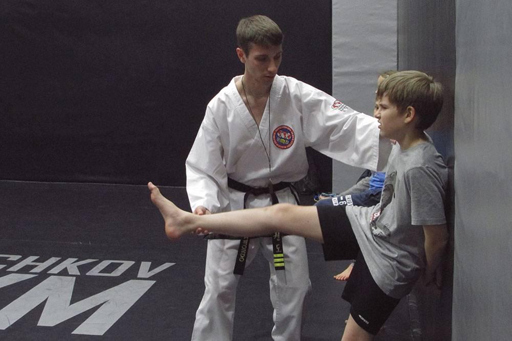 Сначала обучают самым простым ударам. Это базовый удар ногой — ап-чаги