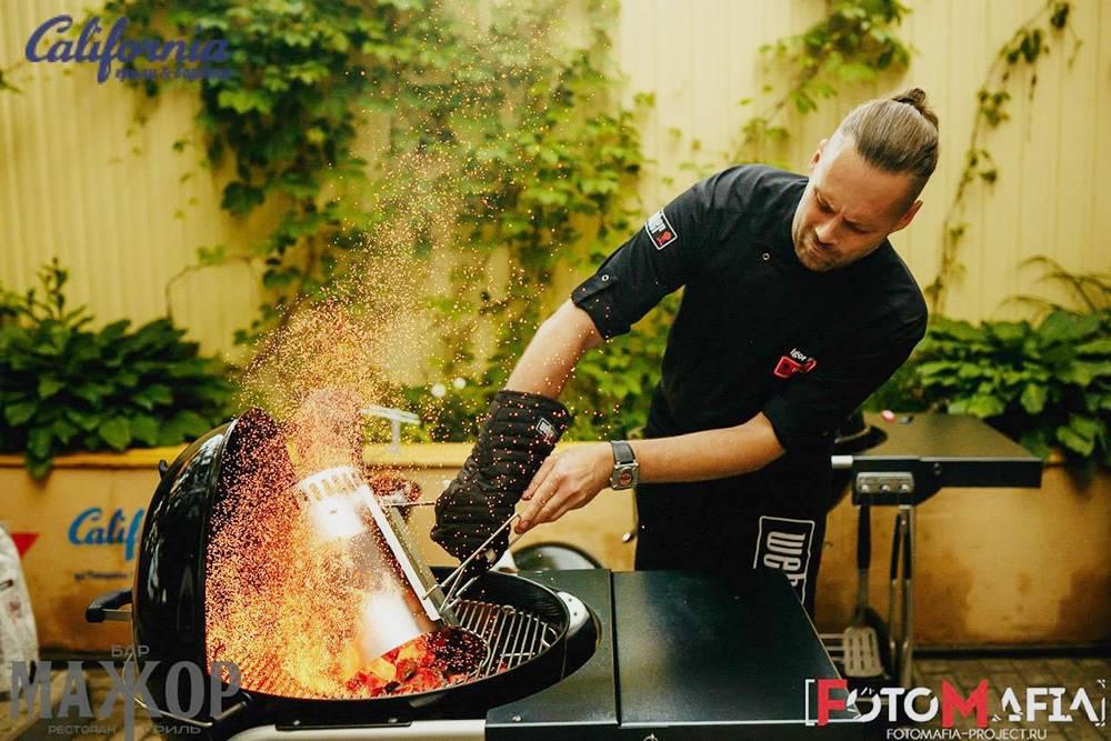 Приглашенный шеф-повар рассказывает, как разжигать гриль. Это почти всегда выглядит довольно эффектно