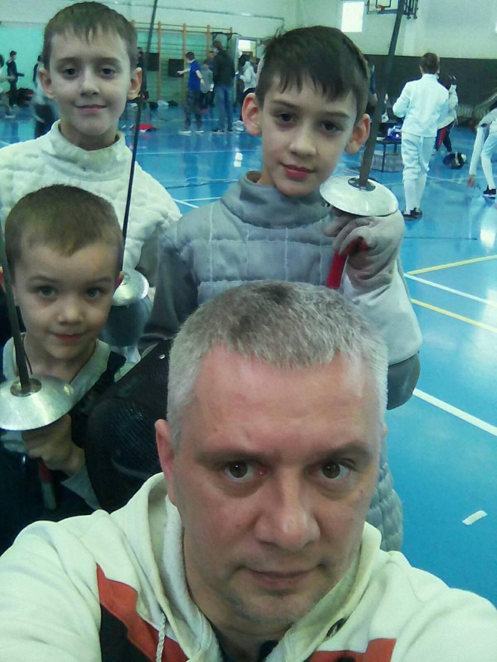 Многодетный отец Демян со своими сыновьями