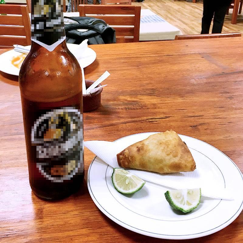 Мой прощальный ужин ваэропорту — типичное пиво итрадиционный пирожок самоса. Такие бывают смясом илиовощами