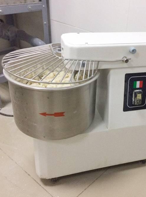У тестомеса 10-литровая емкость для замеса, но в ней получается не больше 6,5 кг теста. Этого хватает на 24 маленькие пиццы, 18 средних и 14 больших