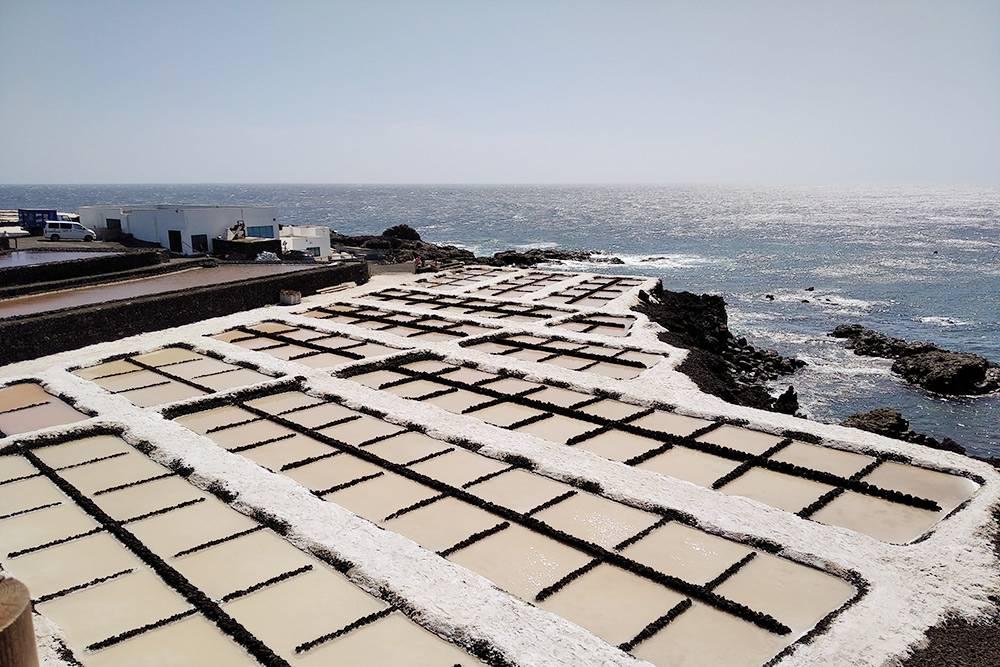Во время экскурсии мы сначала ездили на вулкан, а потом — на предприятие по производству соли, которую добывают из морской воды