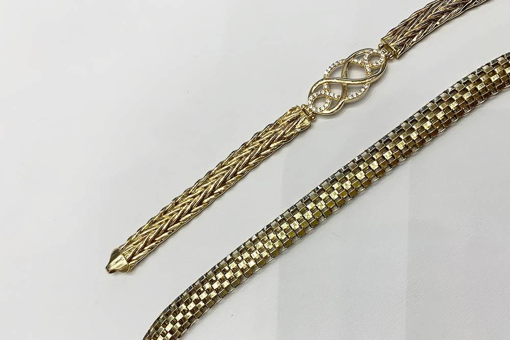 Слева цепь с мелкими камнями — золотая, справа — позолоченная