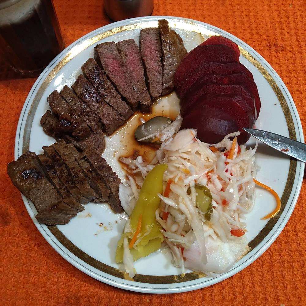 На обед жареная говядина, к ней маринованные овощи и свекла. Л. режет салат, но я отказываюсь — ел его на завтрак