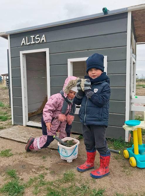 Из остатков строительных материалов муж построил для дочки детский домик и песочницу, но она все равно предпочитает играть в луже или канаве