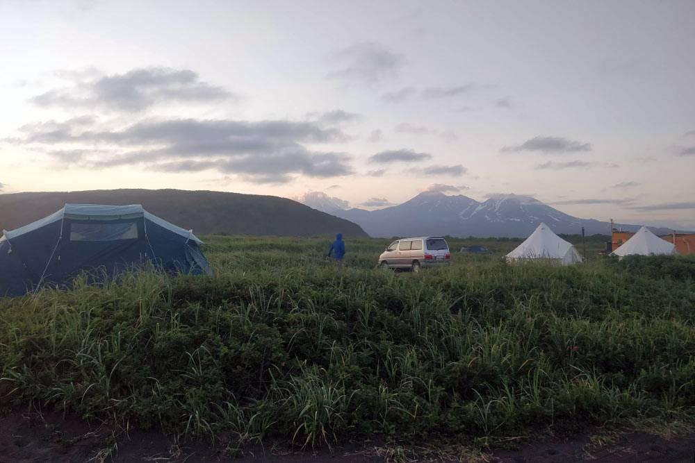 Слева — одна изнаших палаток, справа — шатры глэмпинга. Назаднем плане — Авачинская сопка иКозельский вулкан