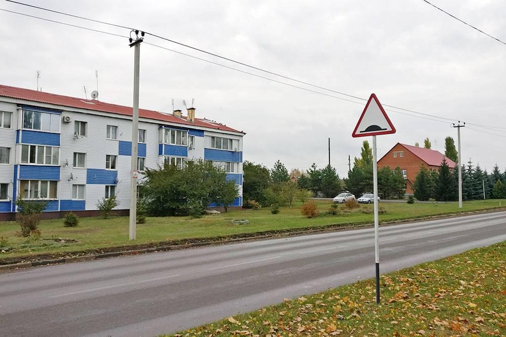 В городской части многоквартирные дома в 3—4 этажа стоят вперемешку с частными домиками