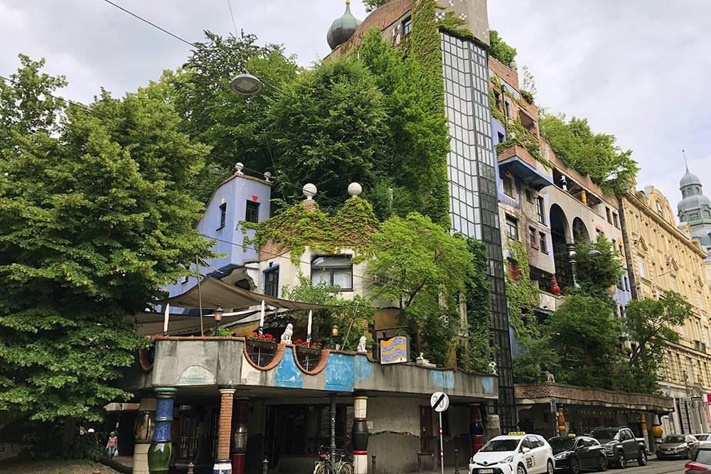 А это тотже дом летом. Архитектор былвнимателен кдеревьям иназывал ихсоседями, которые платят зааренду земли чистым воздухом