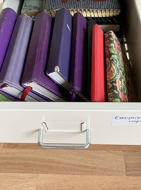 Ящик с моими ежедневниками за разные годы